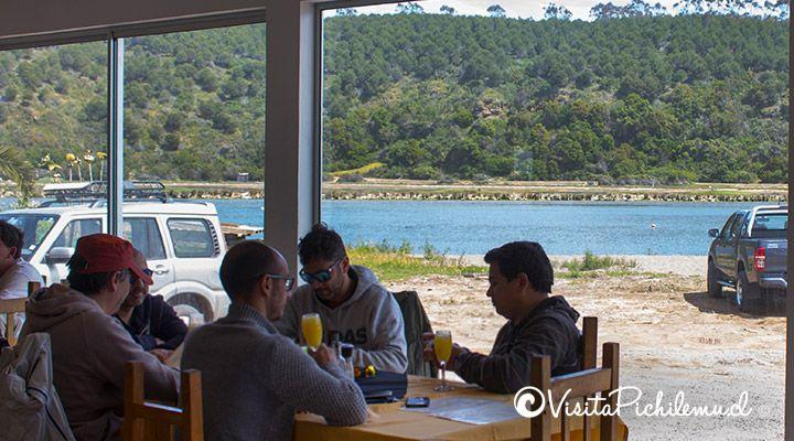 terraza-con-vista-a-la-laguna-de-chauil-restaurant-las-salinas-cahuil