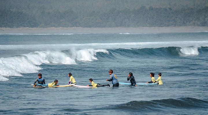 alumnos-en-el-agua-clases-de-surf-escuela-de-surf-pichilemu-la-puntilla